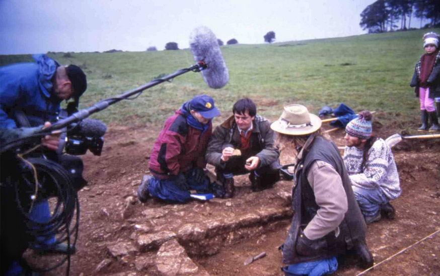 Time Team's Tony Robinson and Guy de la Bédoyère examining finds from the site